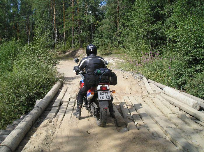 переезд моста на мотоцикле в Карелии