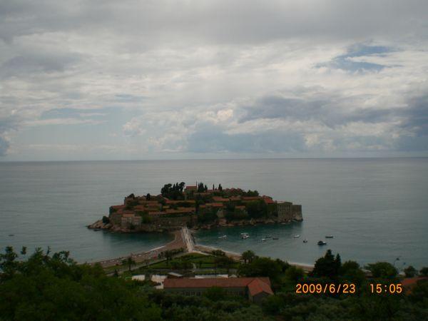 Остров Святого Стефана, с известным замком-отелем.