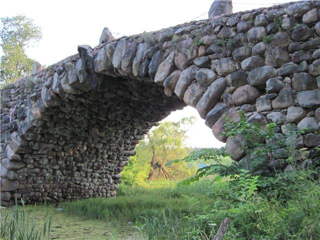 Также здесь находится каменный мост, построенный Архитектором Львовым без цемента и других скрепляющих элементов, сплошной расчет. Данный мост запечатлен в фильме «Ночной дозор» в битве между светом и тьмой.