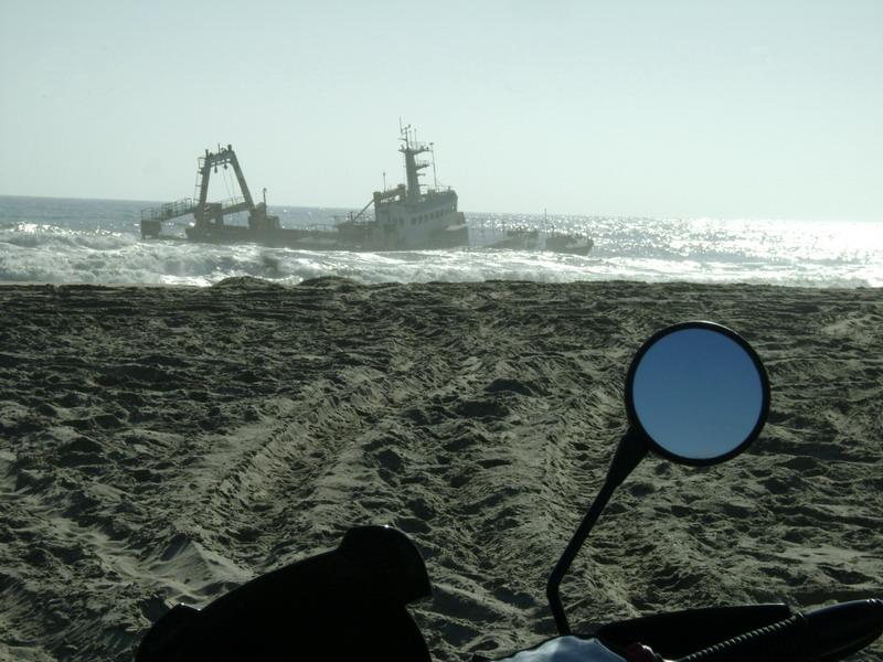 Безжизненность подчеркивали затонувшие корабли берег скелетов