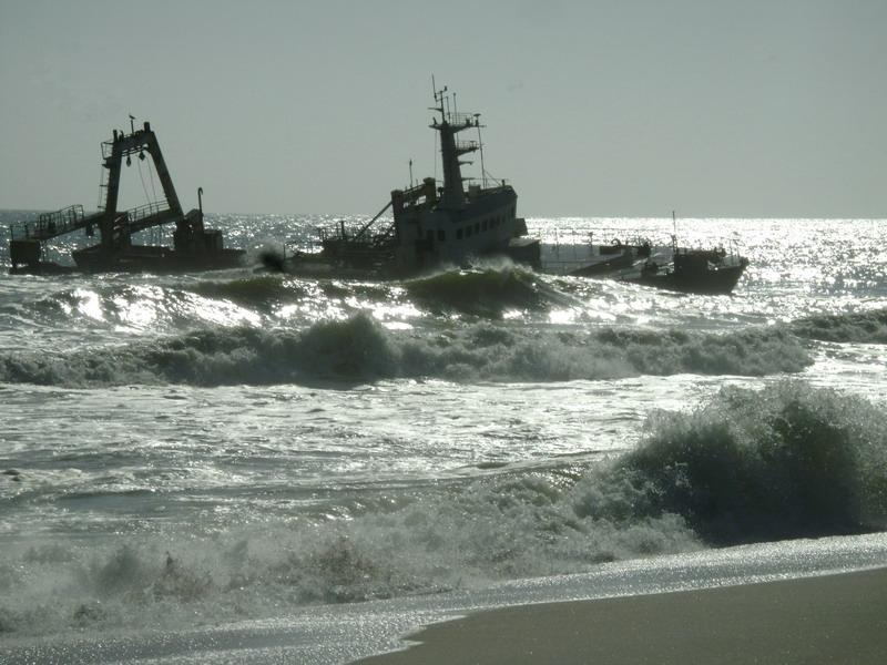 Берег скелетов брошенное судно у берегов Африки