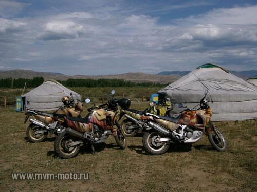 Подъезжаем к Кызылу, смотрим на исток Великого Енисея, звоним Батыру