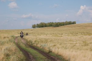 на мотоцикле по грунтовым дорогам