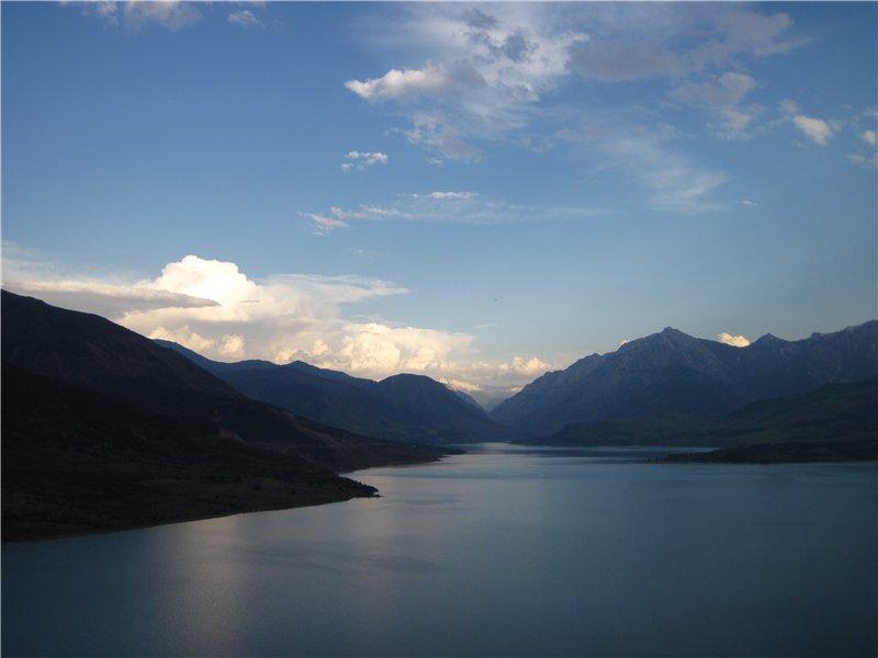 Володя предложил объехать вокруг озера, я согласился. И не зря. От видов сносит голову, шлем не закрываю, дышу. Остановились поесть шашлыков. Пошел дождь. Дожди здесь сильные и короткие.