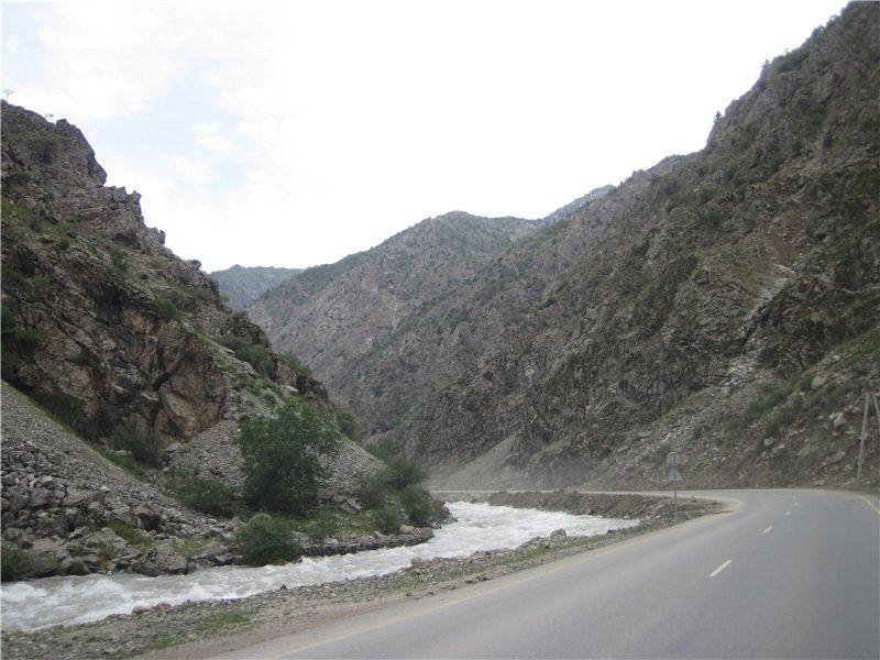 горная река вдоль дороги