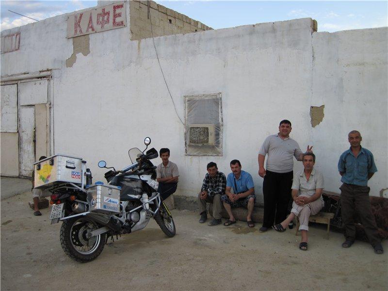 Утром еду к границе с Узбекистаном, 80 км грейдера. Перед границей заправляюсь под завязку.